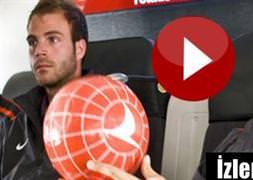 Uçakta futbol şov!/VİDEO