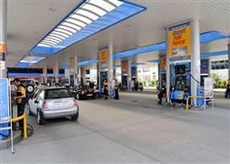 Opet benzin fiyatlarını düşürüyor