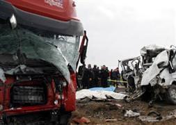 Tırla minibüs çarpıştı: 12 ölü