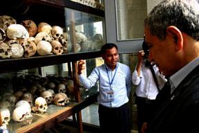 Arınç Kamboçya'nın ölüm tarlalarında
