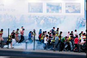 Polis, köprüde biber gazı sıktı