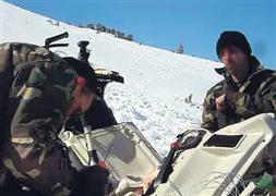 İşte helikopterdeki cihazları söken subaylar