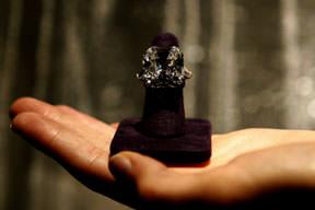 Mücevherleri açık artırmada