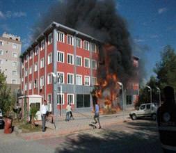 Belediyeyi ateşe verdiler!