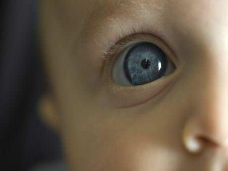 20 saniyede göz rengini değiştiriyor