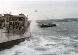 İstanbul'da deniz trafiğine lodos engeli