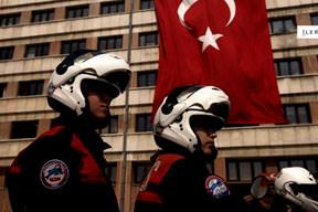 Türk polisi ders verdi