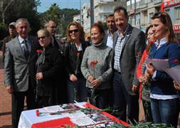 CHP'li kadınlar 3 bin karanfil dağıttı