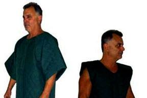ABD'li mahkumları bir Türk giydiriyor