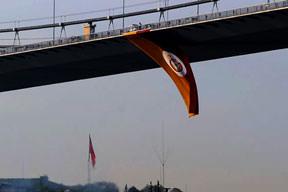 Bayrak köprüde dalgalanıyor