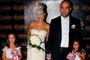 Kızlarıyla düğün pozu