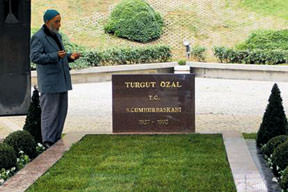 Özal'ın mezarı ziyarete açıldı