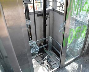 Engelli asansörünü de parçaladılar