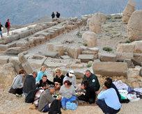 Turistler Nemrutta iftar sofrasında
