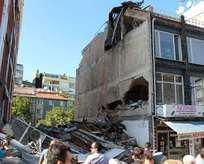 İstanbul'da 5 katlı bir bina çöktü
