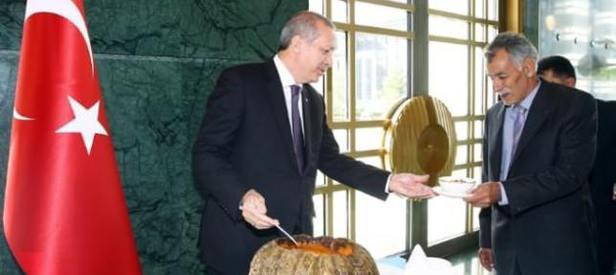 Erdoğan kendi elleriyle ikram etti