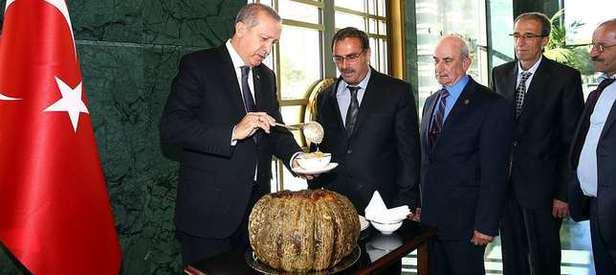Erdoğan kendi eliyle muhtarlara aşure ikram etti