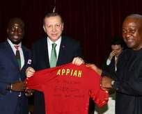 Appiahtan Erdoğana forma hediyesi