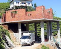 Köy yolunun 'üzerine' ev yapıyor