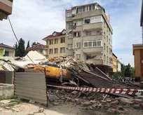 Tahliye edilen apartman çöktü