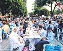 15 bin kişiyle ilk iftar coşkusu