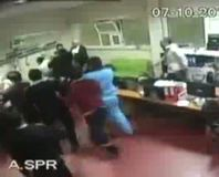 Acil servisi basıp doktorları dövdüler