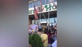 İsrail ve ABD tarafından kandırıldık diyen Barzani yanlıları, ABD bayrağını da indirdi